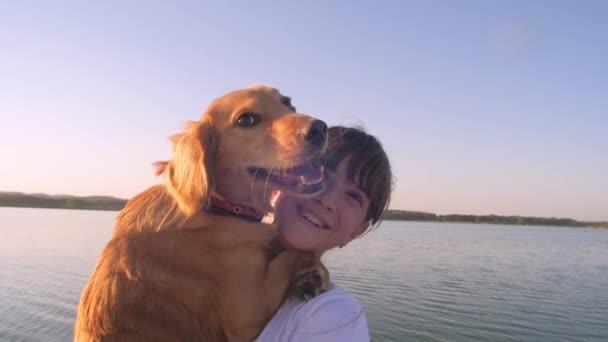 Dospívající dívka má červený pes v pažích a úsměvy. Zpomalený pohyb