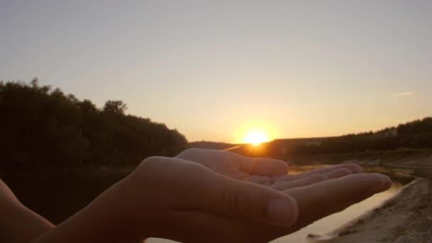 schöne Sonne in Handflächen des Kindes