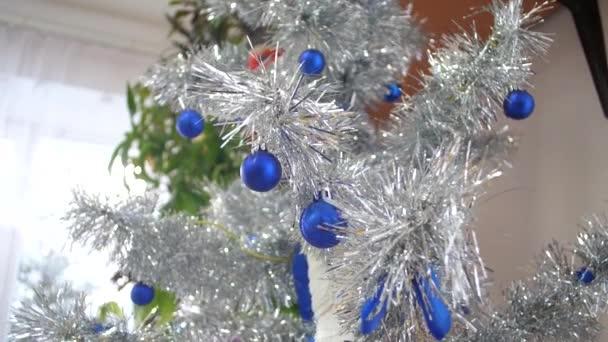 Vánoční strom v dětský pokoj je vyzdoben jiskřivé vánoční ozdoby