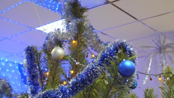 Velké krásné vánoční strom v místnosti, zdobené věnce, multi-barevné kuličky a pozlátko