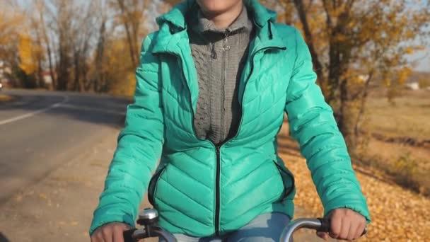fiatal lány lovaglás kerékpár út háttér sárga fák őszi Park szélén. Sport, biciklizés.