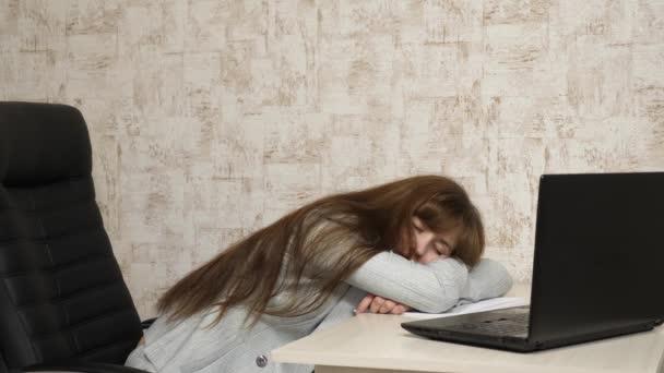 Üzletasszony volt gyengül, a munka és a számítógép elaludt. Egy fáradt irodai dolgozó alszik rá íróasztala dokumentumok.