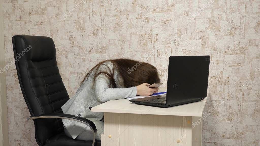 Девушка на работе чего то хочет веб девушка модель vk