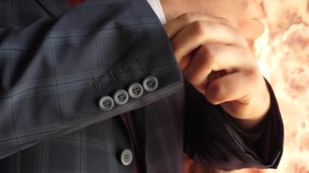 podnikatel v barvě tmavě modrá kontrolní červená kravata narovná rukávu bílou košili. koncept stylové a módní oblečení pro muže. úřednice se oblíkají za práci v noci.