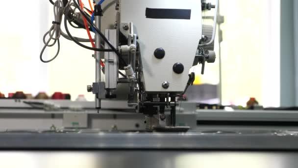 Macchina da cucire robot. modello automatico di ricamo macchina su pelle artificiale. La robotica lavora nella linea di produzione sartoriale. computer controlla la macchina da cucire. macchina da cucire automatica.
