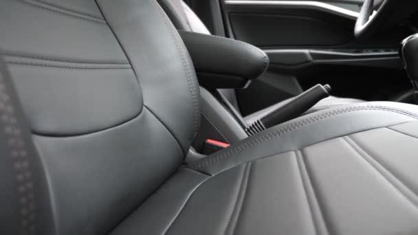 luxusní kožená sedadla v autě. V autě jsou černé kožené potahy. krásný design interiéru koženého auta. stylová kožená sedadla v autě.