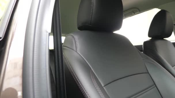 stylové černé kožené sedačky v autě. krásný vzhled interiéru pro kožené auto. Luxusní kožené sedačky v autě.