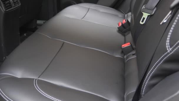 Umělá kožená zadní sedadla v autě. krásný vzhled interiéru pro kožené auto. Luxusní kožené sedačky v autě. Černé kožené potahy v autě.