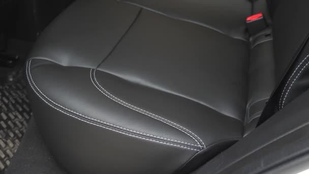 krásný vzhled interiéru pro kožené auto. Luxusní kožené sedačky v autě. Umělá kožená zadní sedadla v autě. Černé kožené potahy v autě.