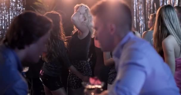 Közepes film a lányok vállán, ahogy táncolnak az éjszakájukon.