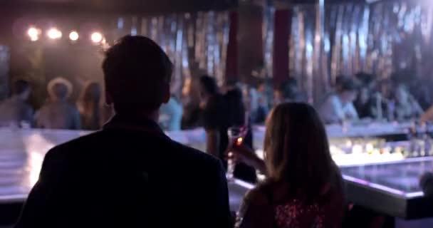 Széles és közepes egy zsúfolt diszkó bárban, ahol az emberek buliznak és táncolnak.