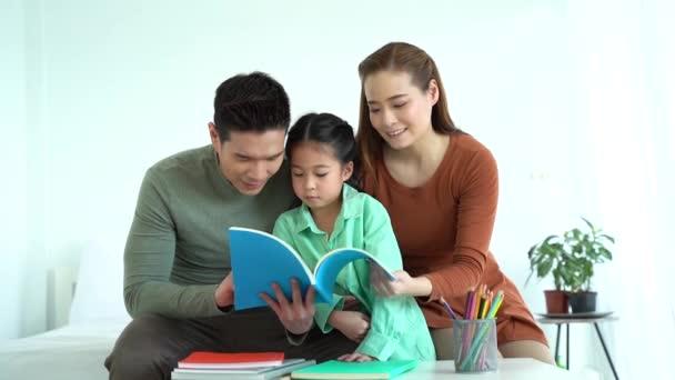 Ázsiai apa és anya olvasás könyv lánya
