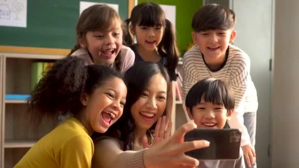 Ázsiai tanár fényképezés diákok telefonon