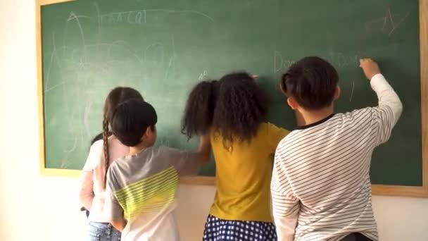 Általános iskolások írnak táblára
