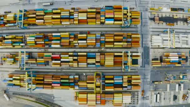 Luftaufnahme von Schiffscontainern auf einem Dock im Hafen
