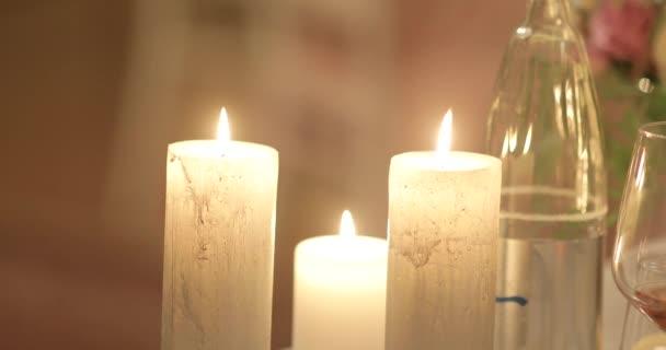 4 svíčky k vypalování na jídelním stole s vinné sklenice pivo interiér uvnitř zblízka. Vánoční světla s sváteční nádobí dekoraci domu. Svatební romantické dekorace, sada