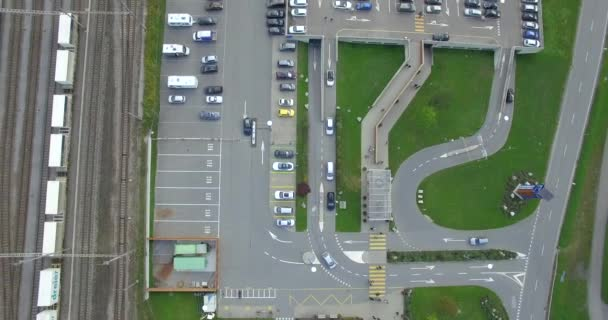 4 k vzdušný top dron záběr nadjezd křižovatky poblíž parkoviště železnice sledování svahu zeleného lesa. Létání nad dopravní centrum železniční trenér parkoviště nákladní dopravní logistiky valník