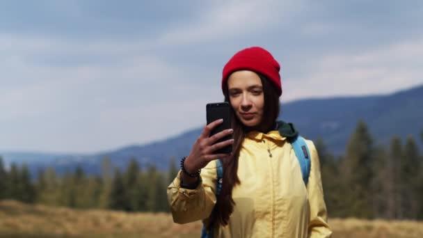 Glückliches Mädchen machen Foto Selfie im Freien Landschaft verschwommen Hintergrund Zeitlupe. 4k Porträt der jungen Frau hält Handy lächelnd Nahaufnahme Handheld Kamera. Kommunikation in sozialen Netzwerken