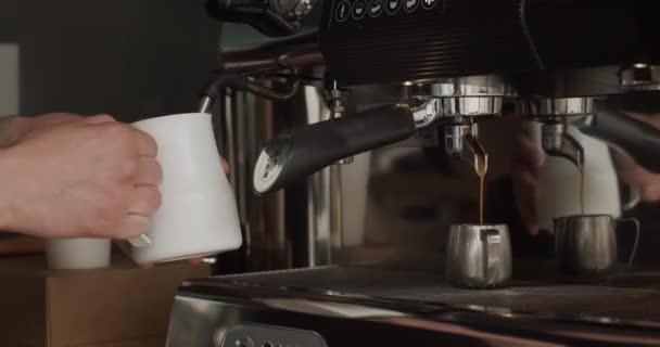 Felismerhetetlen Barista Holding Dobó és gőzölgő Tej. Kávé patak öntés professzionális gép fém kupa. Folyamat a kávé készítésére a modern gépben az elejétől a végéig a kávézóban