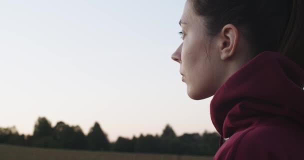 Boční portrét přirozené dívky zamyšleně hledící ven letní zpomalení denního světla. Zavřít ženský pohled z boku na pozadí modré oblohy kopírovat prostor. Svoboda emancipace lidských práv