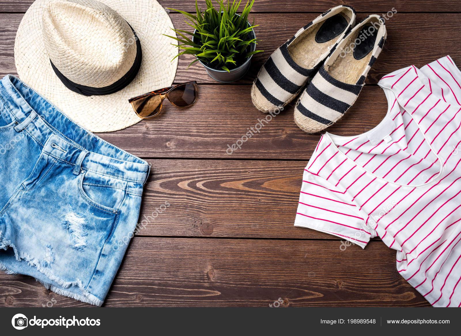 9265885f74c7 Casual Γυναικεία Ρούχα Ξύλινο Υπόβαθρο Top View — Φωτογραφία Αρχείου ...