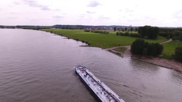 Luftaufnahme eines Frachtschiffs auf dem Rhein, das Güter transportiert, Deutschland