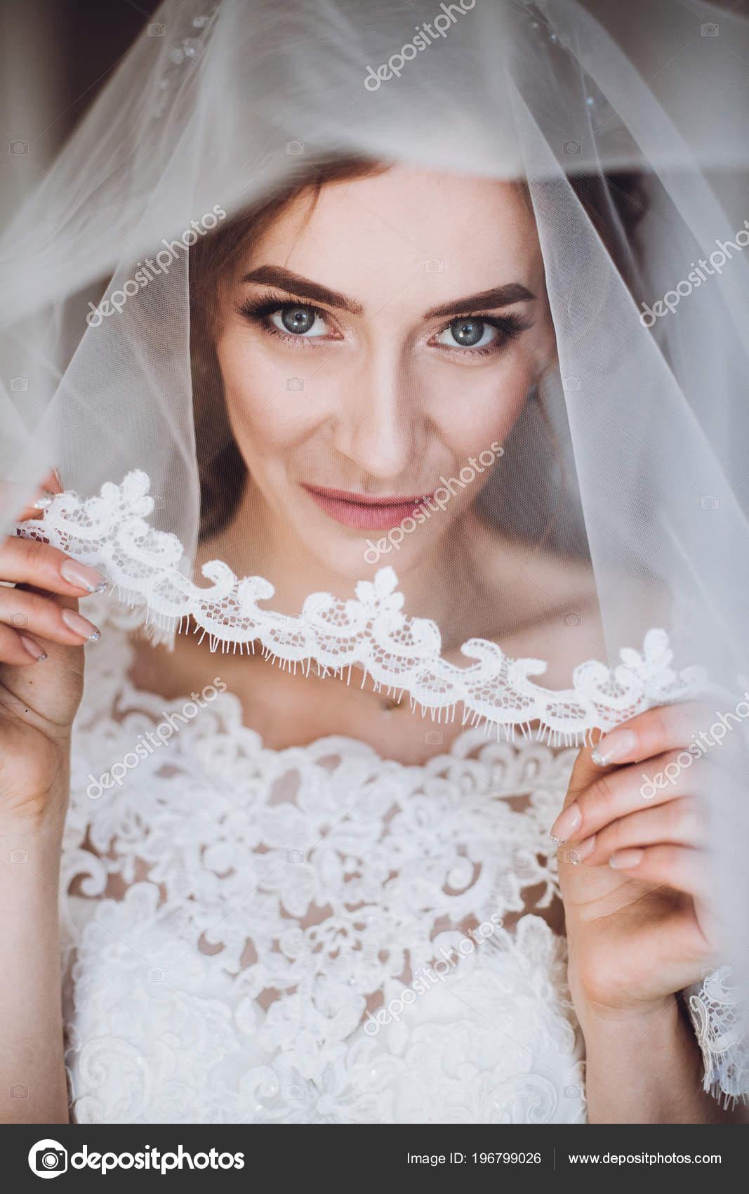 Krasna Blondyna Nevesta Elegantni Bile Krajkove Svatebni Saty Zavoj