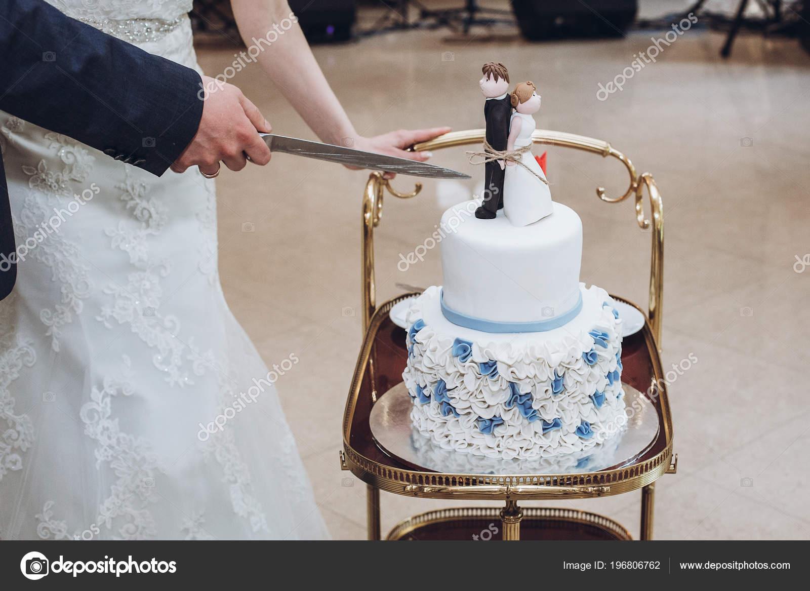 Hochzeitspaar Schneiden Zusammen Leckere Hochzeitstorte Mit Blauen