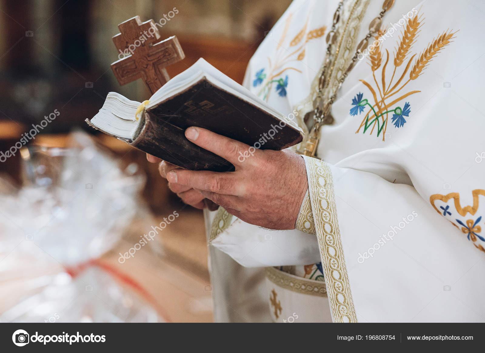 Matrimonio Religioso Biblia : Biblia participación del sacerdote libro santo las manos hombre