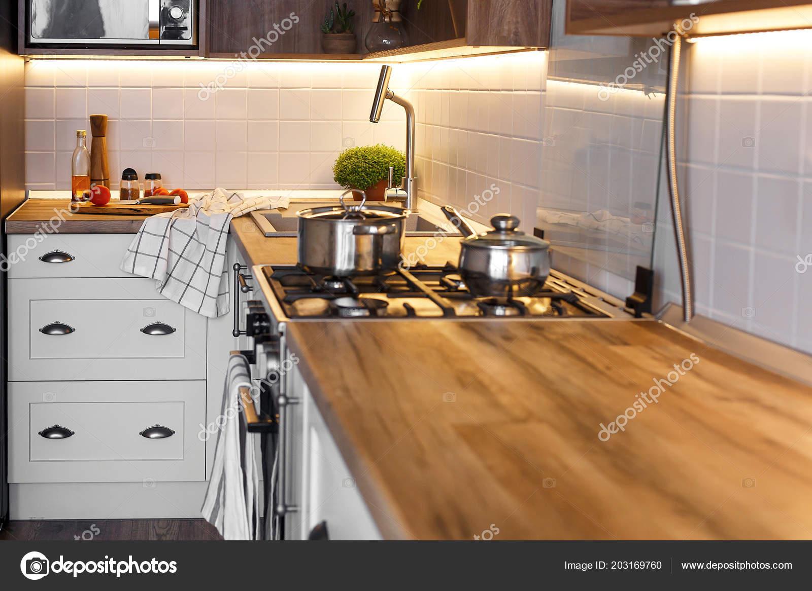 Stijlvolle keuken interieur met moderne kasten roestvrijstalen