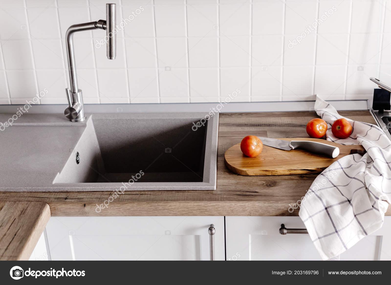 Holzbrett Mit Messer Tomaten Handtuch Gewurze Auf Moderne