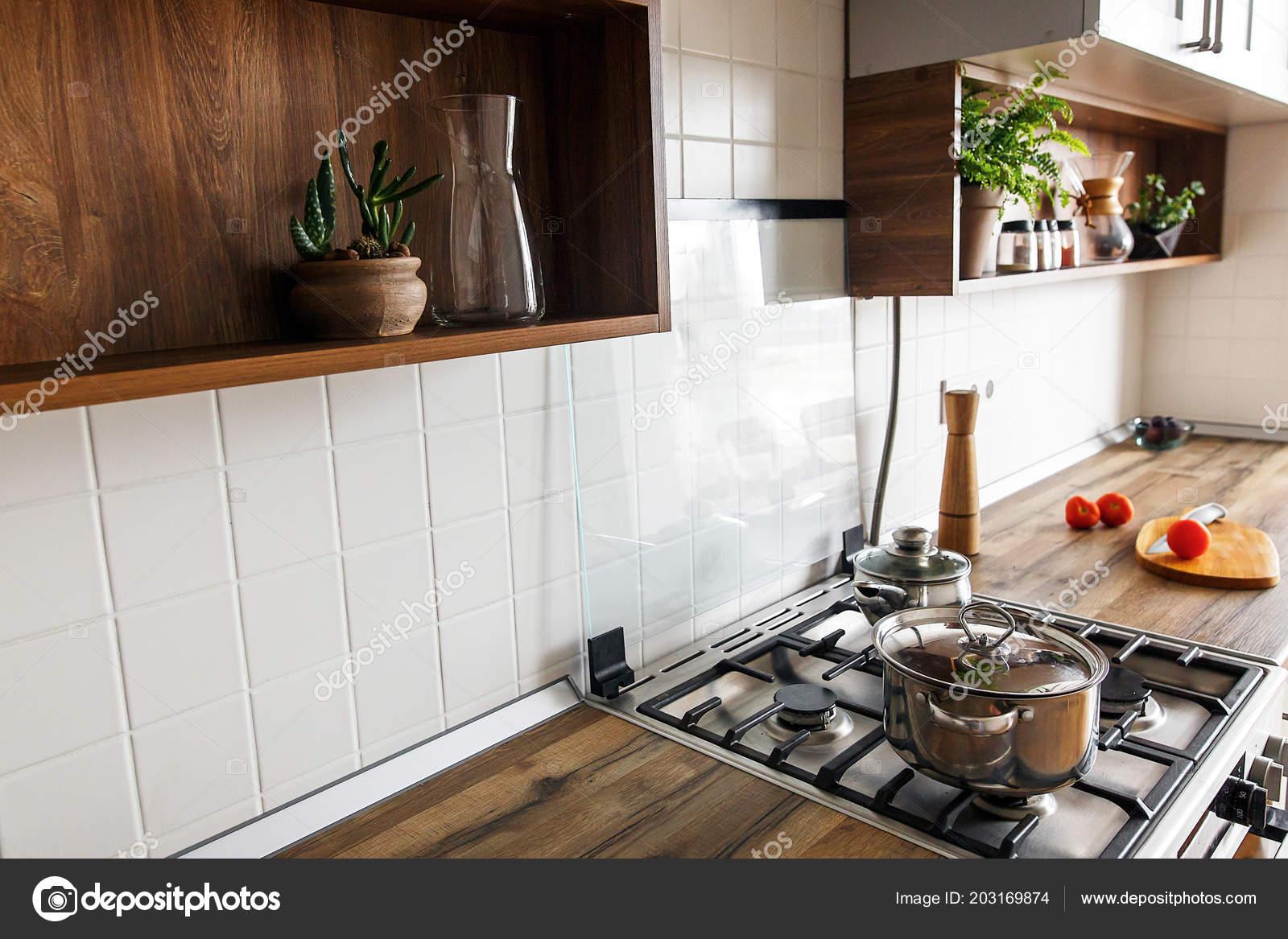 Koken voedsel houten plank met mes tomaten olijfolie moderne