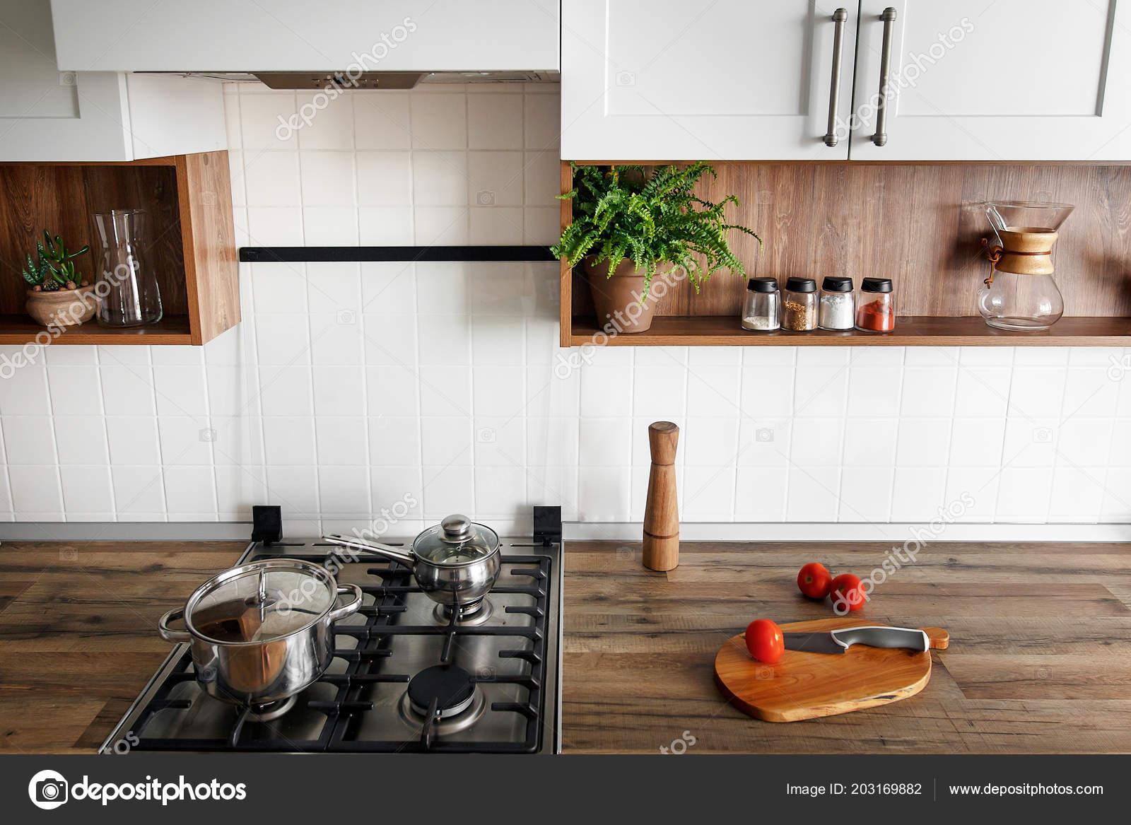 Holzbrett Mit Messer Tomaten Auf Moderne Kuchenarbeitsplatte Und