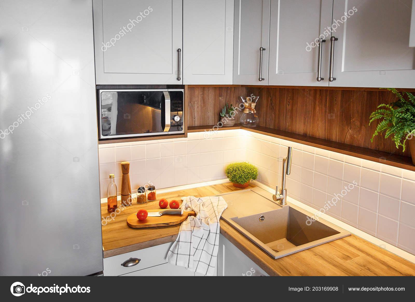 Keuken Kleine Planken : Houten plank met mes tomaten olijfolie moderne keuken countertop