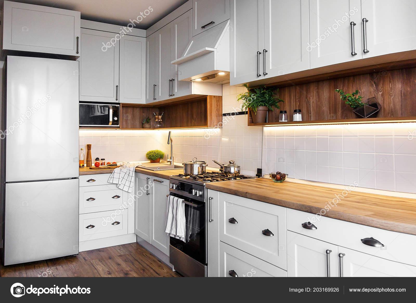 Interiore Della Cucina Elegante Con Mobili Moderni Elettrodomestici ...