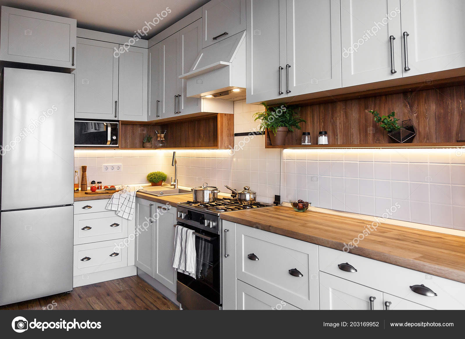 Interni Cucina Grigio Luce Elegante Con Mobili Moderni ...