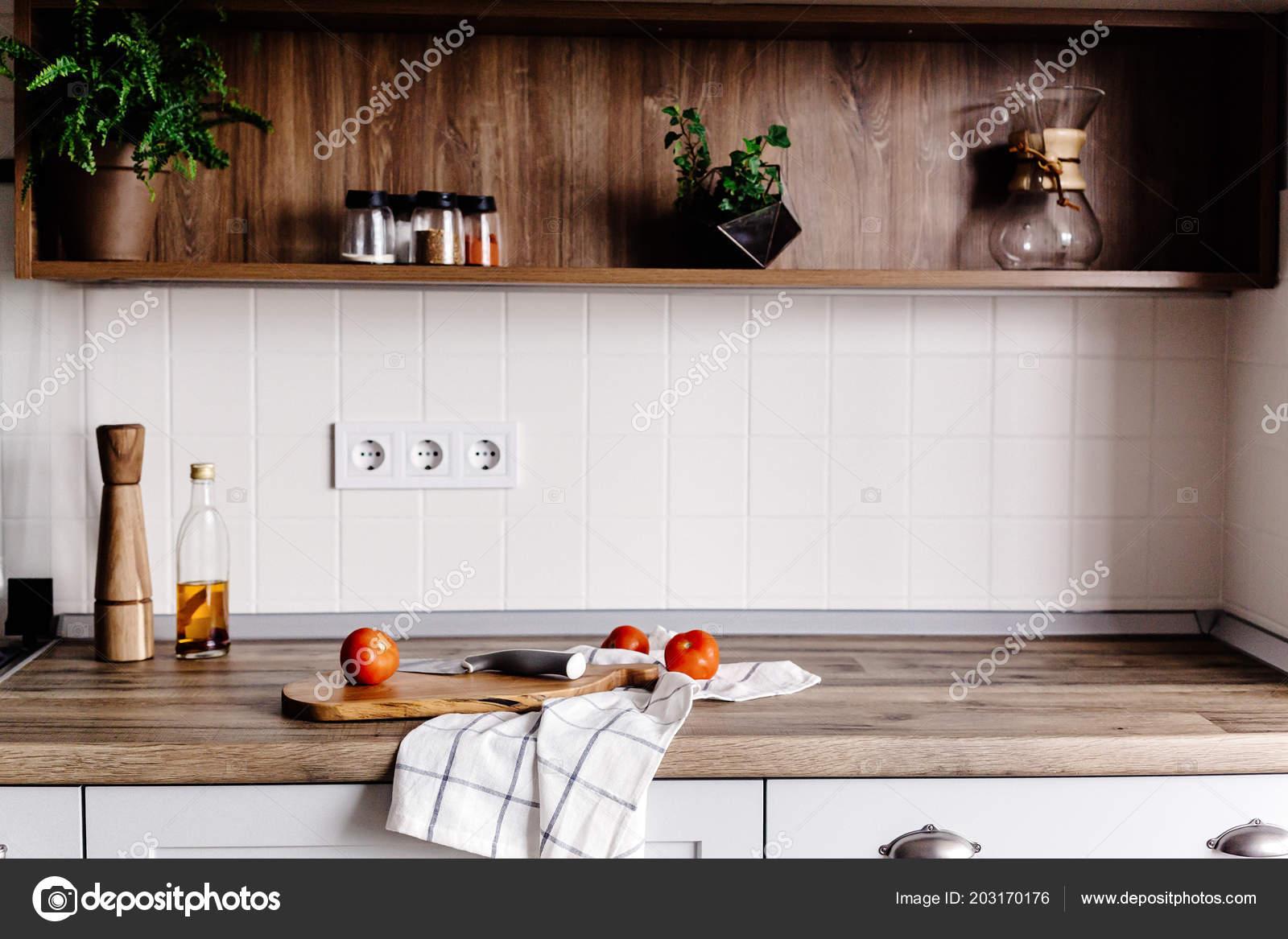 Houten plank met mes olijfolie tomaten handdoek moderne keuken