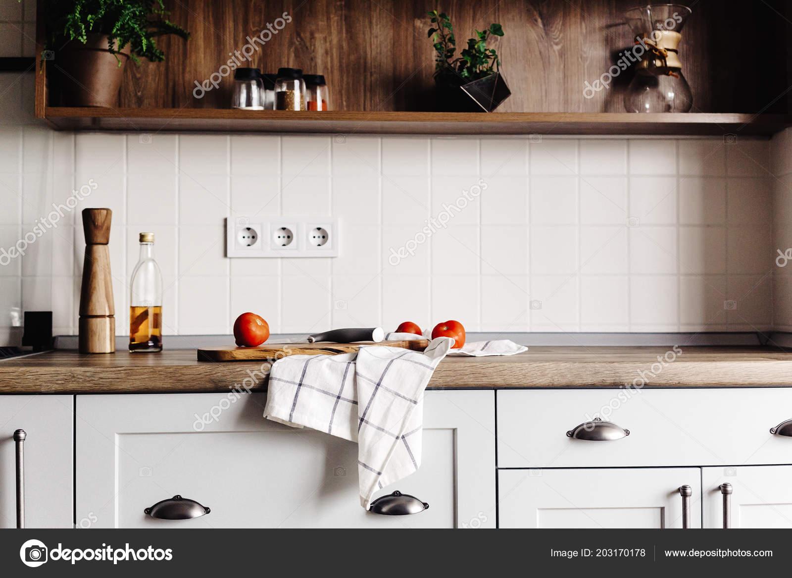 Houten plank met mes tomaten olijfolie moderne keuken countertop