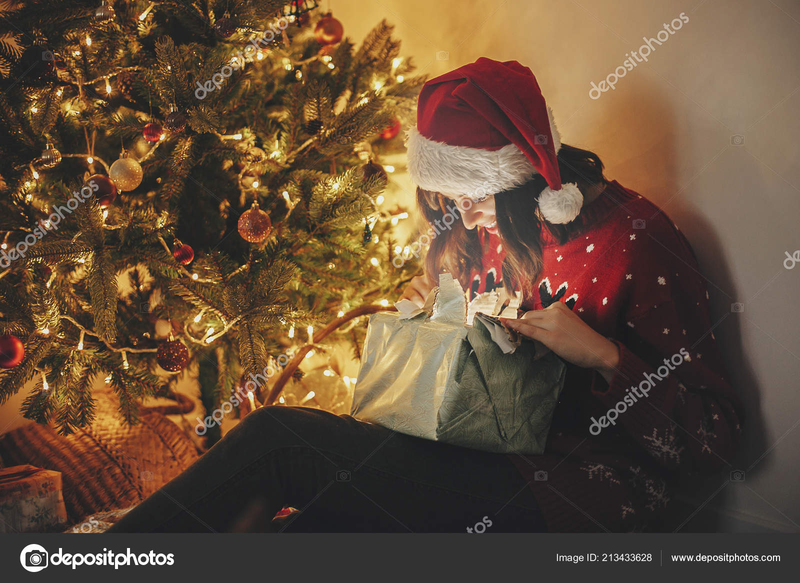 972c8d6f8f942 Merry Christmas Happy Girl Santa Hat Opening Magic Christmas Gift — Stock  Photo