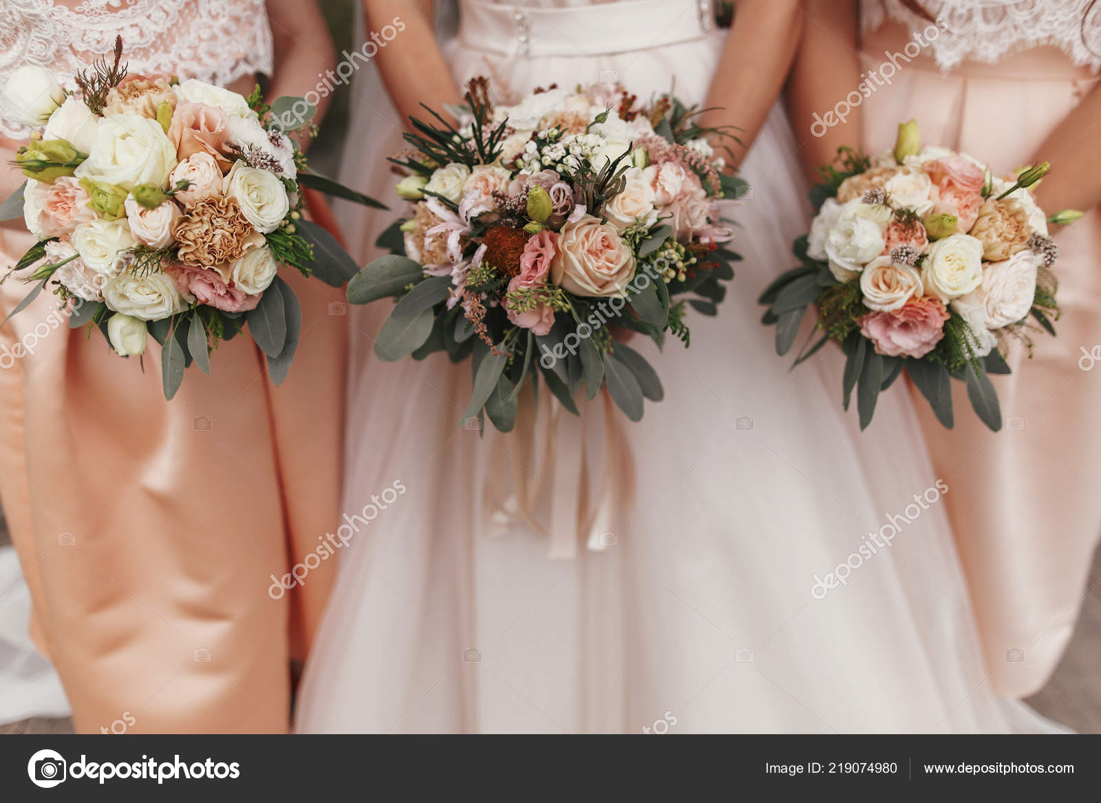 Bouquet Sposa Moderni.Gorgeous Bride Beautiful Bridesmaids Holding Stylish Wedding