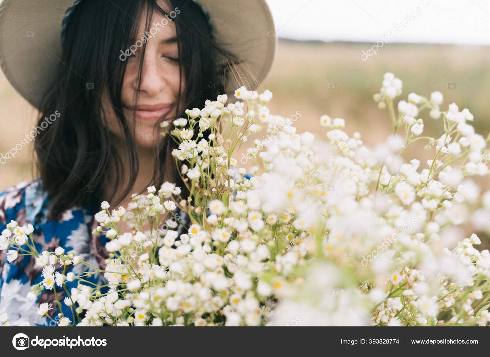 Potret Sensual Gadis Cantik Dengan Bunga Aster Besar Ladang Berangin Stok Foto C Sonyachny 393828774