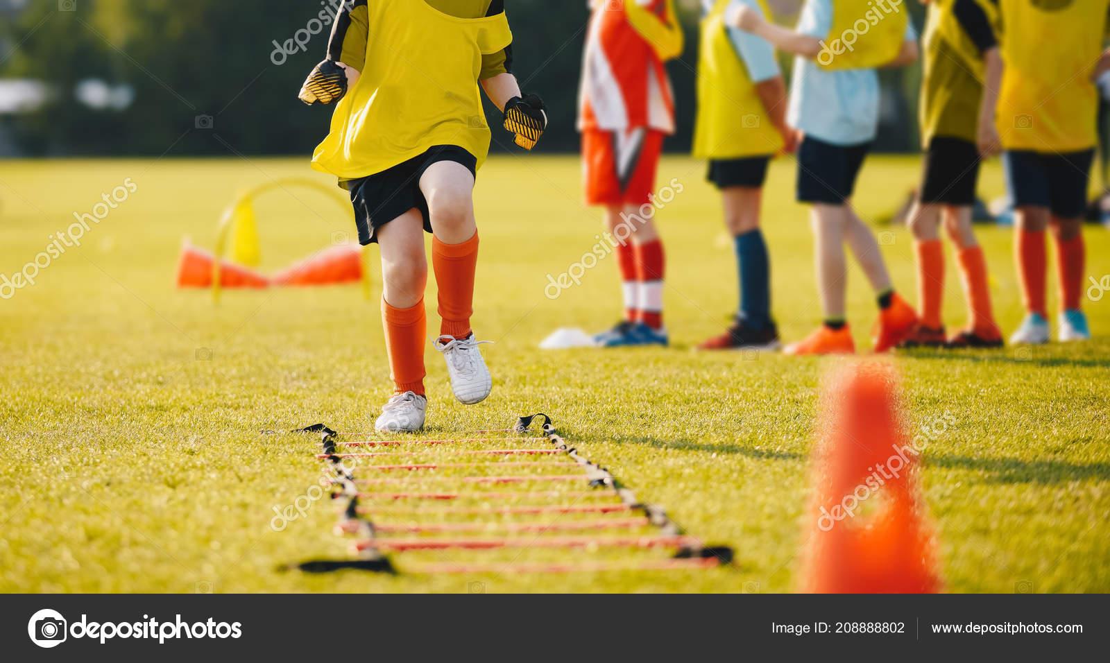 Junge Sportler Trainieren Mit Fussballausrustung Fussball
