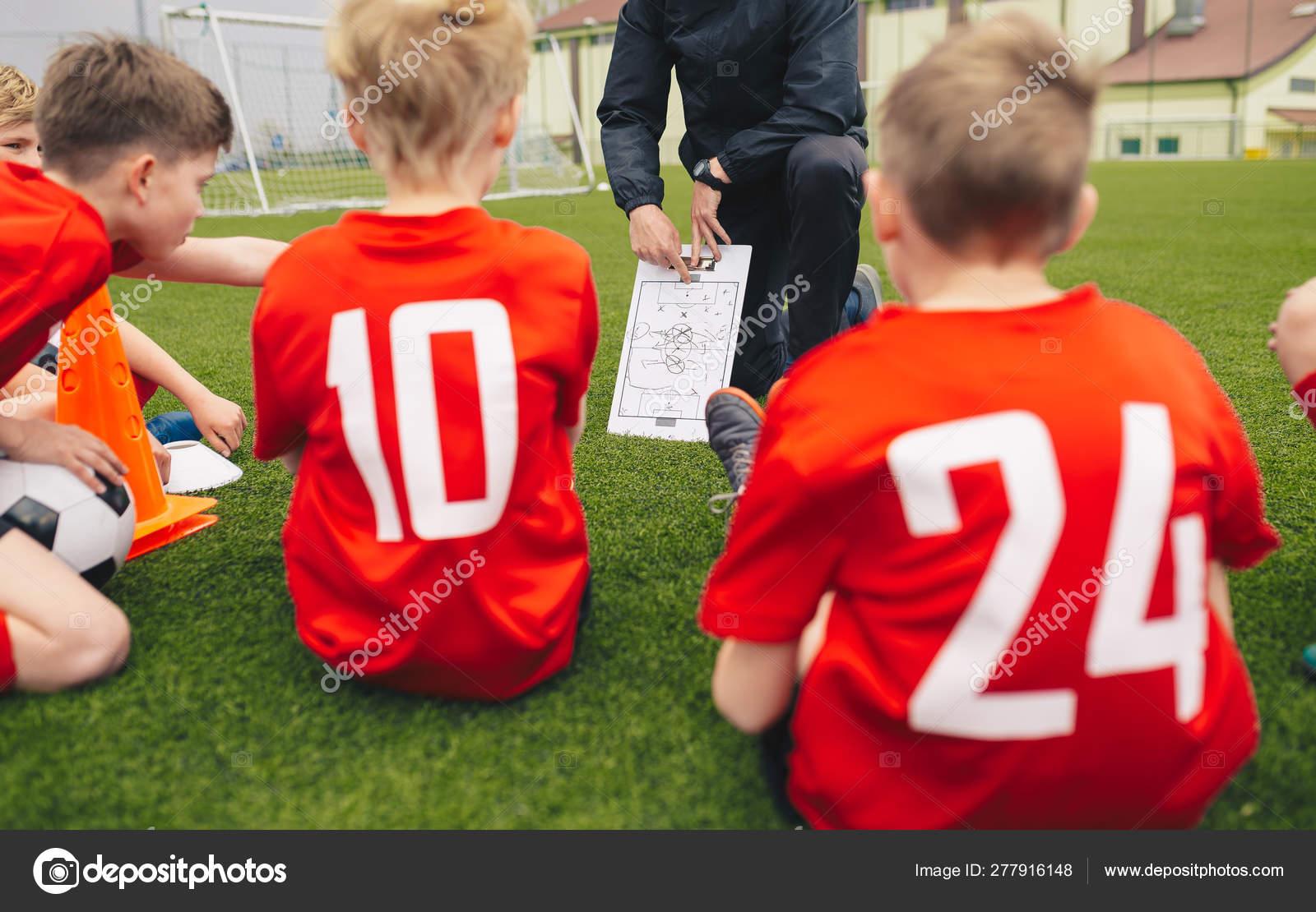 Treinador De Futebol Da Juventude Treinando Crianças
