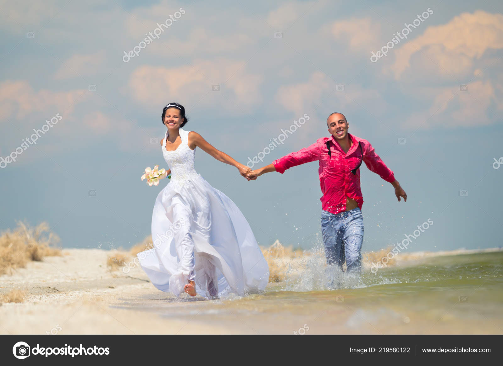 Stupendous Bride Groom Running Sunshine Beautiful Tropical Beach Download Free Architecture Designs Scobabritishbridgeorg