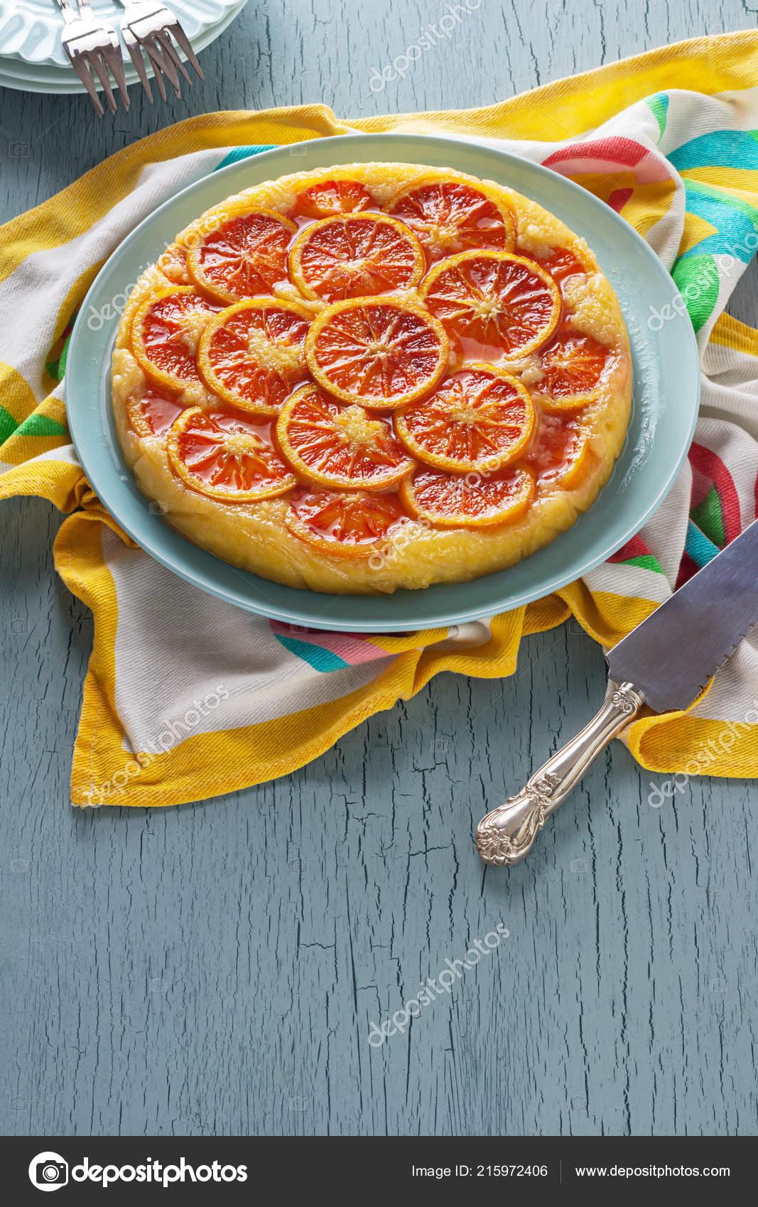 Blood Orange Ricotta Maismehl Kuchen Auf Einem Blauen Leuchttisch