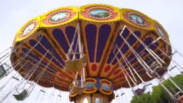 kolotoč řetězu se točí v zábavním parku. holky jezdí houpačka o víkendu