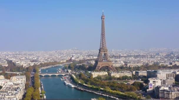 Letecký pohled na Paříž s Eiffelovou věží