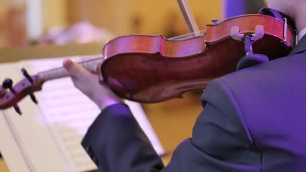 Férfi végez vezető hegedű egyetlen része klasszikus koncerten játszott.