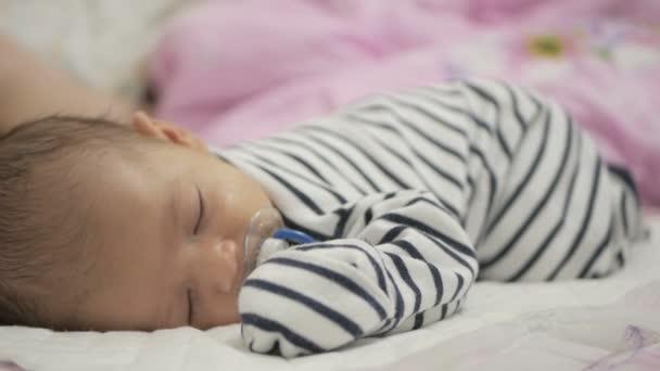 Mírové rozkošné miminko spí na posteli v pokoji