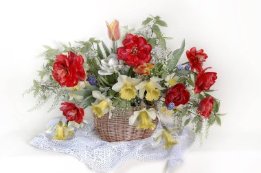 """Картина, постер, плакат, фотообои """"Натюрморт с весенними цветами в глиняной вазе. Букет с тюльпанами, даффодилами, вишневыми ветвями на белом фоне."""", артикул 267698516"""